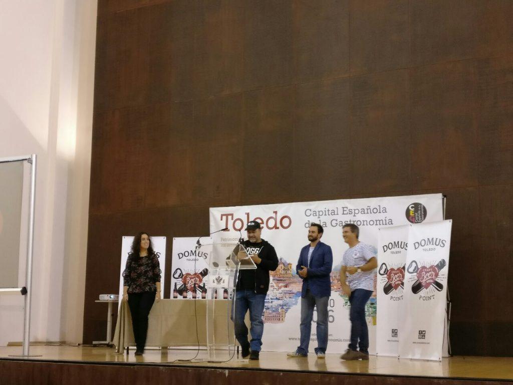 José Blasco recoge el premio a Fogg Bar.